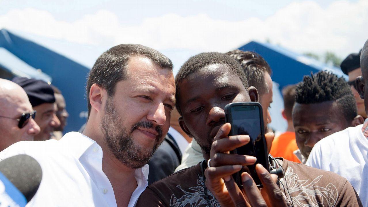 Así fue la llegada del Open Arms a Algeciras.Matteo Salvini, viceprimer ministro y titular de Interior, se hace una foto con un inmigrante durante su visita a un campamento en la región de Calabria