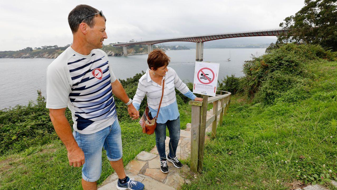 Imagen de archivo de bellotas de hachís intervenidas por la Guardia Civil en una operación en Galicia .Ribadeo sigue recomendando no bañarse en arenales de la ría