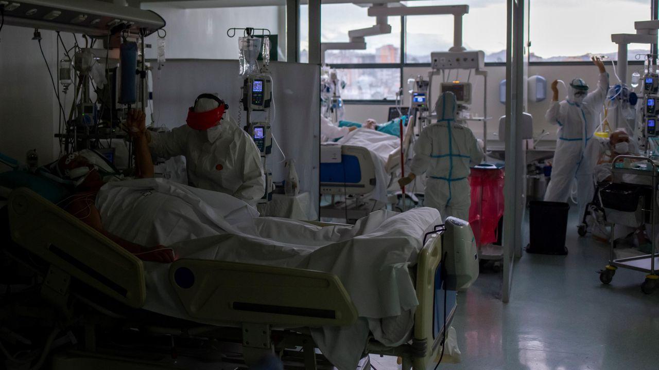 Sanitarios atienden pacientes con coronavirus en la rea, unidad de reanimación del Complejo Hospitalario Universitario de Ourense (CHUO)