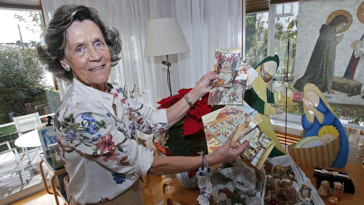 Macamen, que tiene diez hijos, preparando la decoración navideña