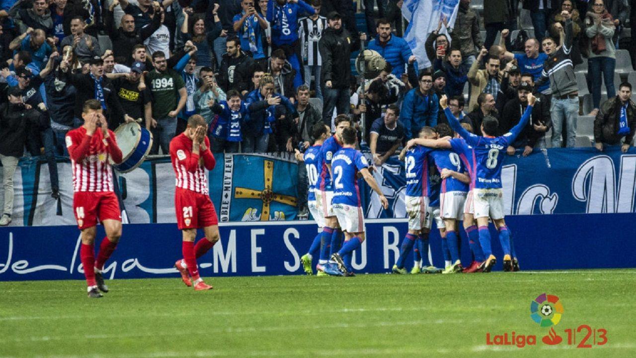 Gol Real Oviedo Carlos Tartiere Almeria.Los jugadores del Real Oviedo celebran el gol de Saul Berjon