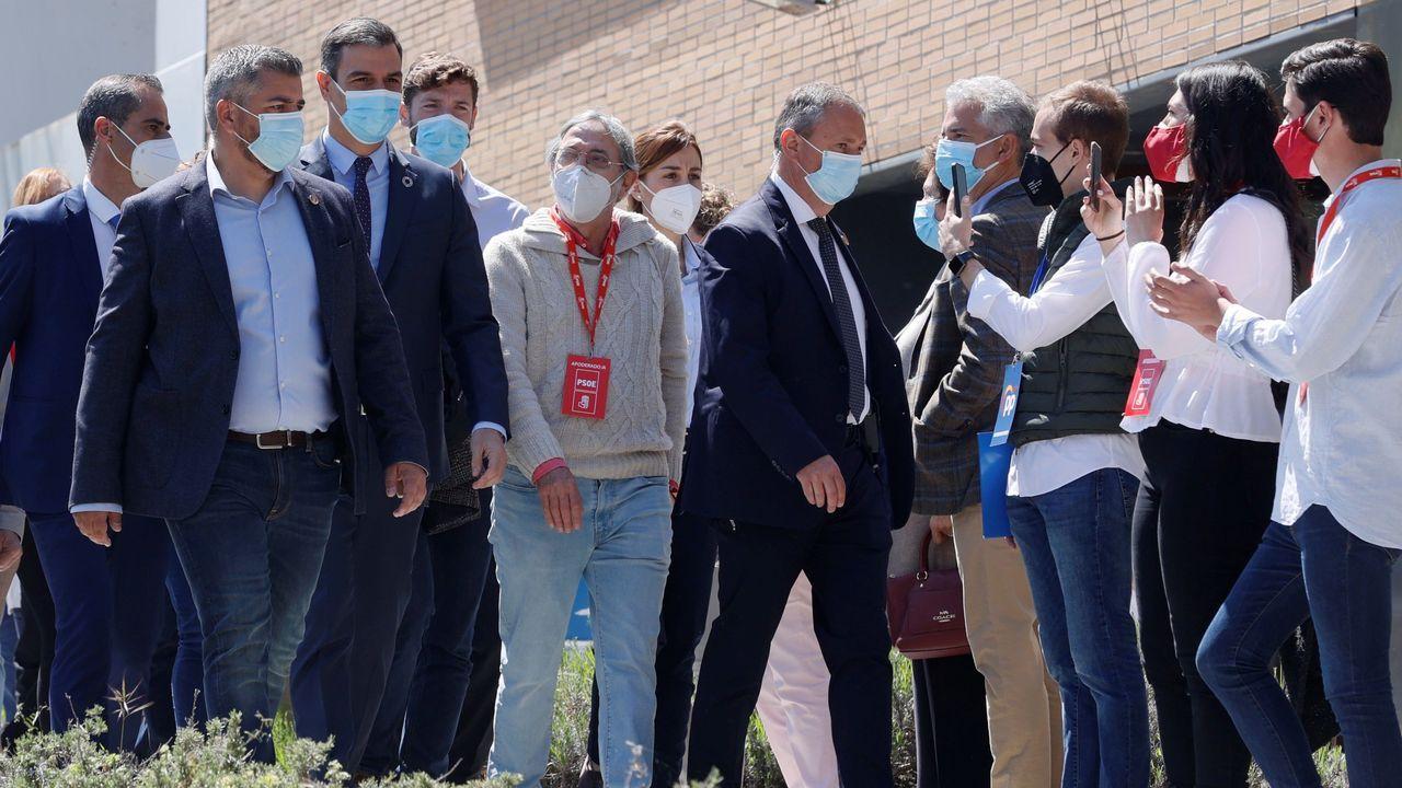 Seguidores de Pedro Sánchez lo arropan tras los abucheos que le profesaron después de votar en Pozuelo