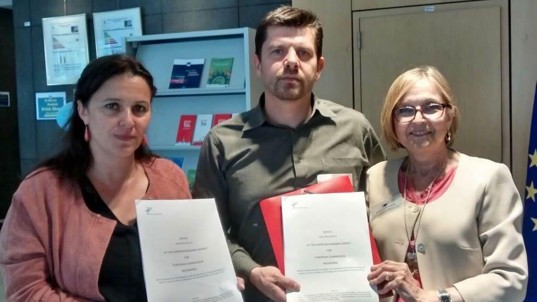 Ana Miranda y dos representantes de las víctimas del accidente del Alvia, cuando presentaron las denuncias ante las instituciones de la UE