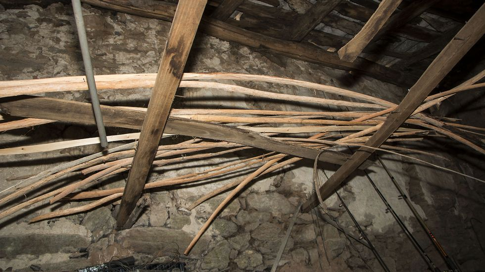 As tiras de madeira que non se usan de inmediato despois de pasar polo lume son gardadas nun recanto do obradoiro