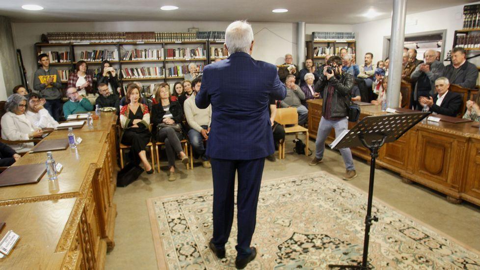 Manuel Varela muestra el bastón de alcalde al público que llenaba el salón de plenos