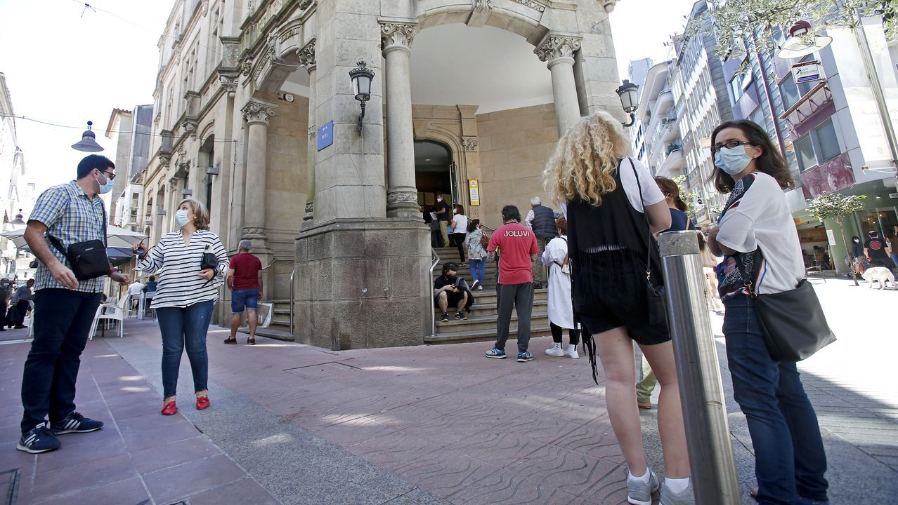 Colas en el edificio de Correos de Pontevedra para solicitar el voto, el pasado día 30