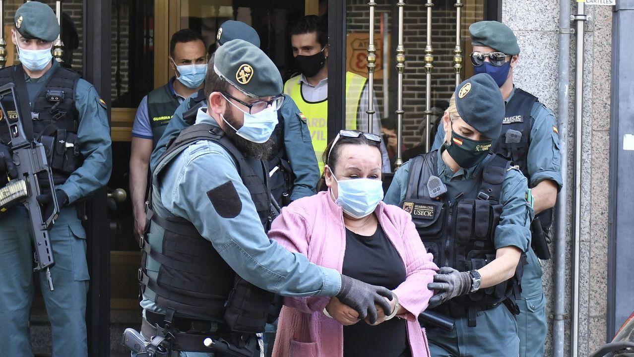 Desmantelada una gran red de tráfico de armas en España.La comisaria principal Luisa María Benvenuty Cabral (c) toma posesión del cargo de jefa superior de Policía de Asturias en un acto presidido, este miércoles, por la delegada del Gobierno Delia Losa (d) y al que asistió el jefe de policía de Cantabria Héctor Moreno (i).
