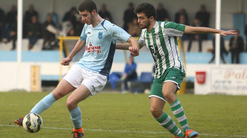 De vuelta al cole con plaza nueva.Aarón López y Erni disputan un balón ante la mirada de Diego Cespón.