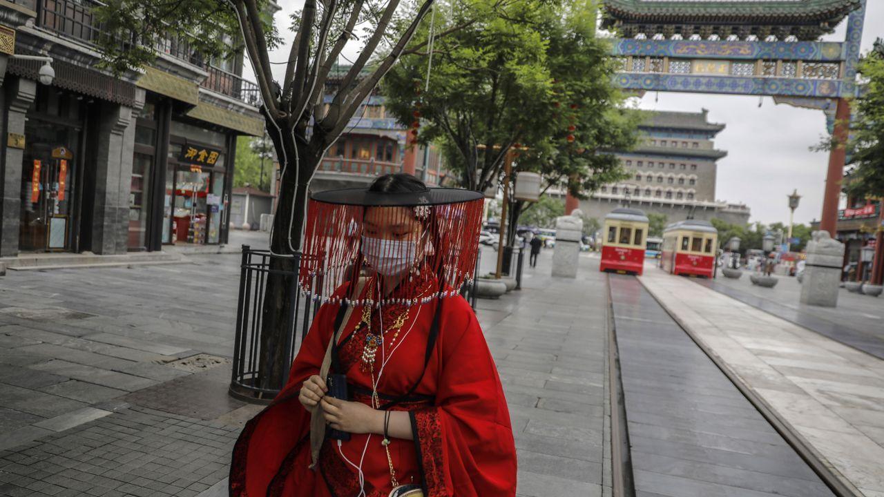 Las mascarillas se han hecho un hueco en los atuendos tradicionales chinos