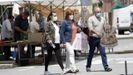 Gente paseando por el mercadillo de A Pobra, concello que suma 24 casos en los últimos siete días