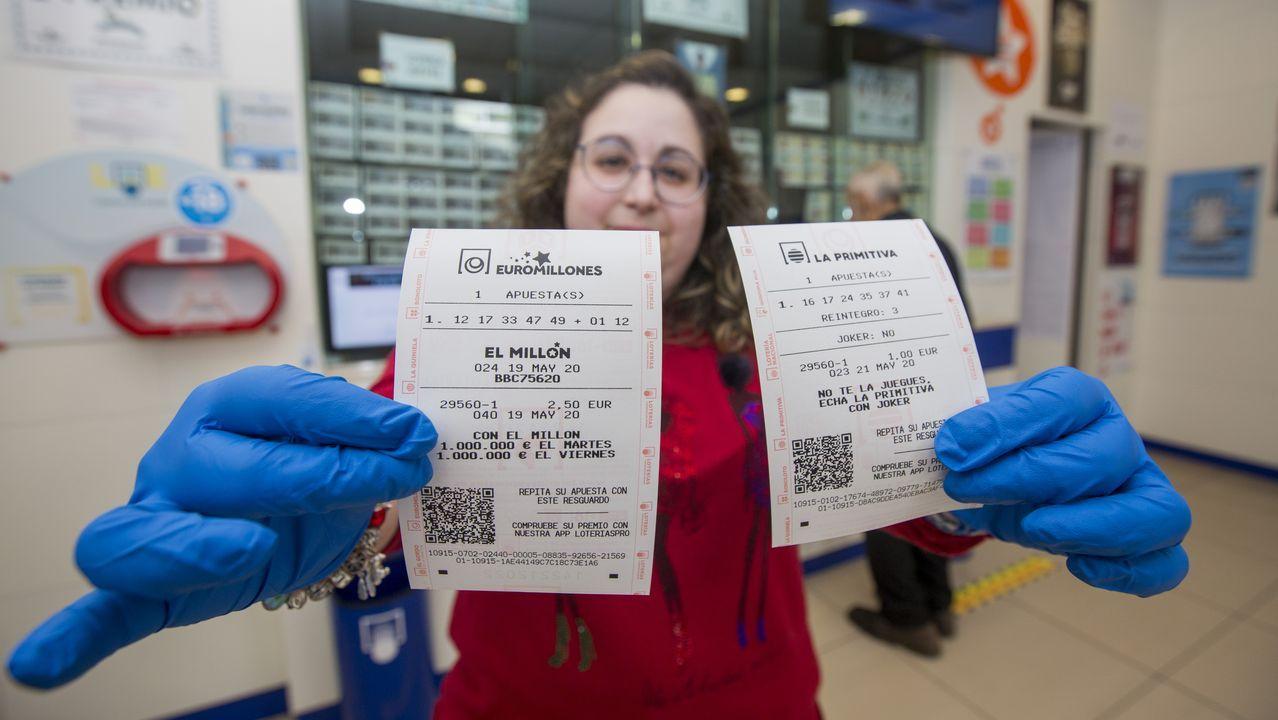 Reabren las administraciones de lotería.Colas en la puerta de la aministración de Lotería Anta, en las Galerías Centrales
