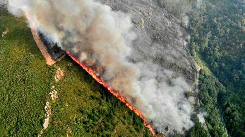 El incendio en el Val do Neira en imágenes.Varias personas con linternas durante las operaciones de búsqueda del desaparecido.