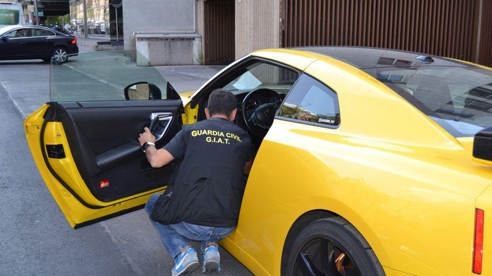 Conduciendo con un joven en el capó.Un guardia civil examina el coche que circulaba a 201 kilómetros por hora por una carretera de Ponteceso
