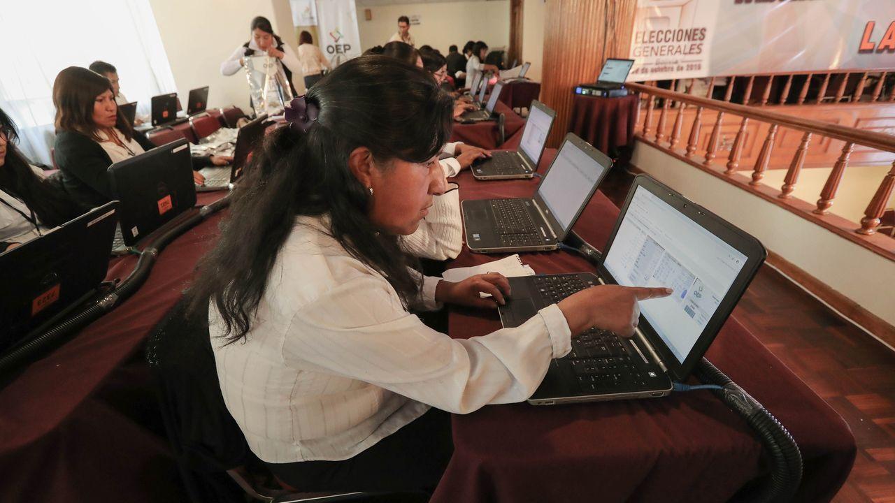 Funcionarios bolivianos, durante el recuento electoral