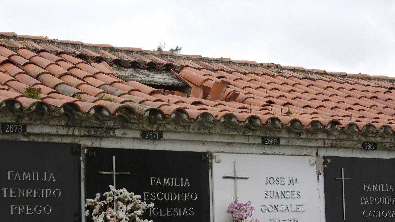 Algunas de las cubiertas de los nichos de Catabois está destrozadas