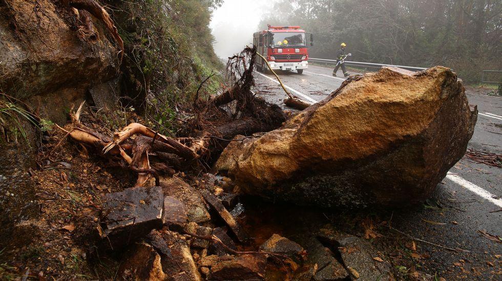 Desprendimiento de tierra y piedras en la carretera a Balarés