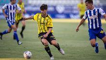 Riki trata de controlar deshacerse de un defensor de la Deportiva Ponferradina