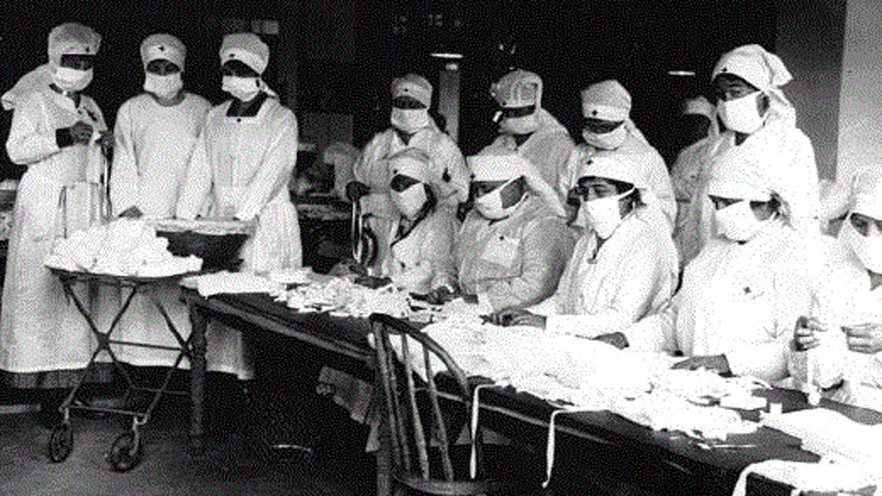 El equipo de la uci COVID-19 en el CHUO.No se preparan para el coronavirus. Enfermeras ordenan material sanitario para protegerse de la gripe en 1918