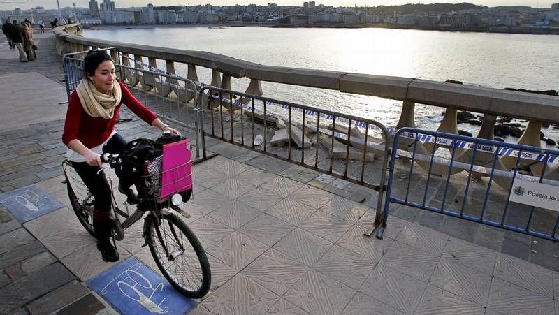 Impacta contra la balaustrada del paseo marítimo en A Coruña