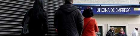 «Ni hace falta ni es útil que bajen más los salarios en España».El acuerdo firmado por el Gobierno y los agentes sociales compromete una nueva prestación para los hogares que tengan a todos sus miembros en paro.