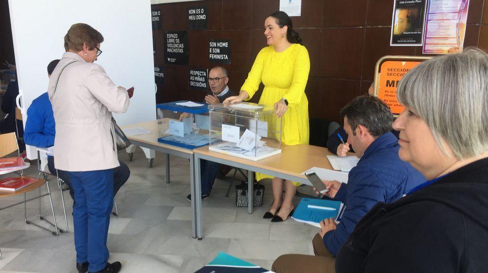 Votaciones en la Casa da Cultura de Vimianzo