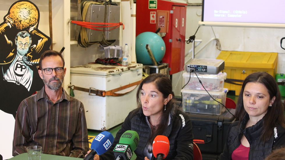 MIke Fincken, Tatiana Nuño y Sara Pizzinato, a bordo del «Esperanza» de Greenpeace
