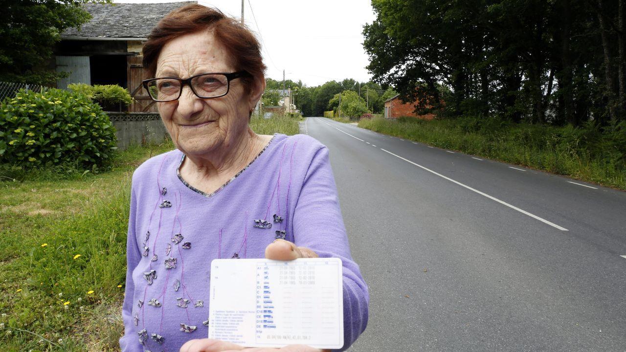 Genoveva amosa o seu carné, sacado no ano 1963 na cidade de Lugo