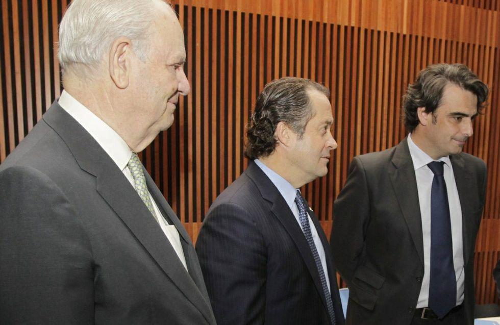 De izquierda a derecha, Javier Etcheverría, presidente de Abanca, Juan Carlos Escotet, vicepresidente y Diego Calvo.