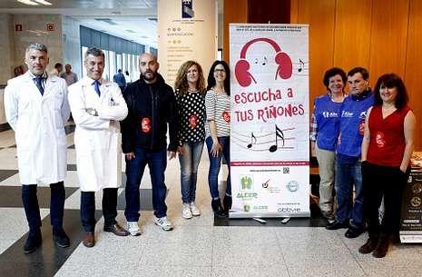 Alcer tuvo apoyo del CHUS y personajes de la escena gallega en el día de la donación.