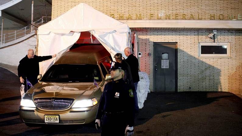 El último adiós a Whitney Houston.Una furgoneta llega con el cuerpo de la cantante a Nueva Jersey