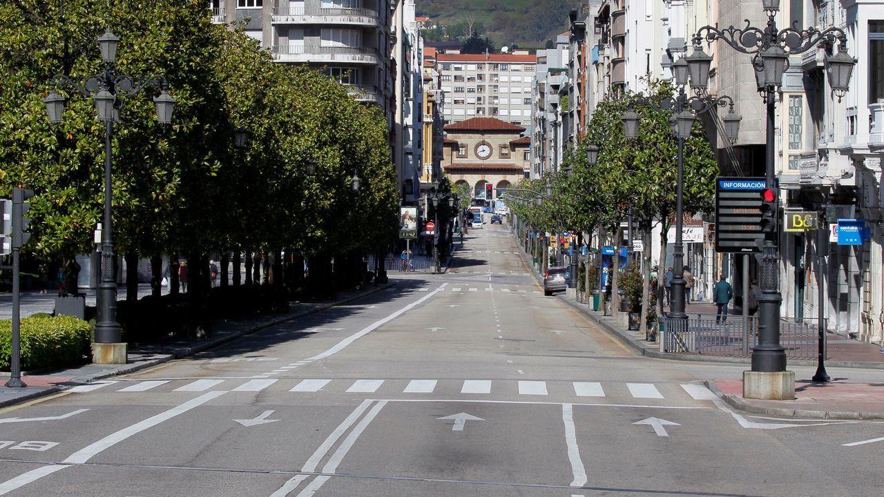 Estación de Autobuses de Oviedo.La calle Uria, arteria principal de la ciudad de Oviedo, desierta a mediodia de este sábado en una ciudad paraliza por la epidemia de coronavirus