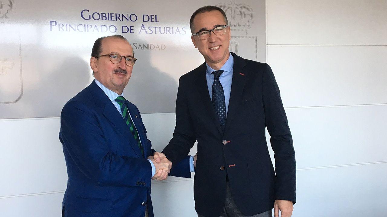 Aula de asturiano.Presidente del Colegio Oficial de Médicos, Alejandro Braña, y el consejero de Salud, Pablo Fernández Muñiz