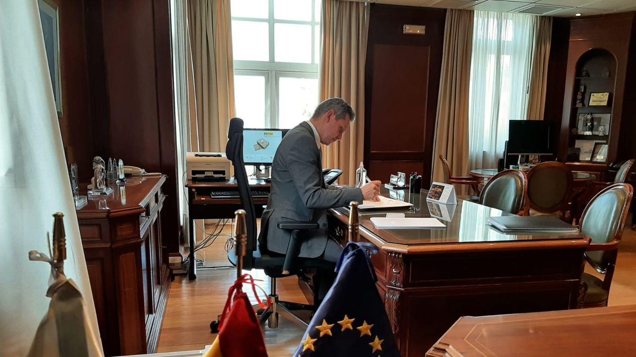 José Manuel Miñones, en su despacho en el primer día como delegado del Gobierno en Galicia