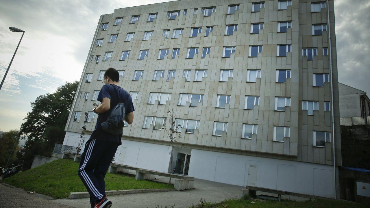 Calles vacías y negocios cerrados en el primer día de nuevas restricciones por la tercera ola de la pandemia.Edificio del barrio de Fontiñas en el que se alquilan pisos turísticos