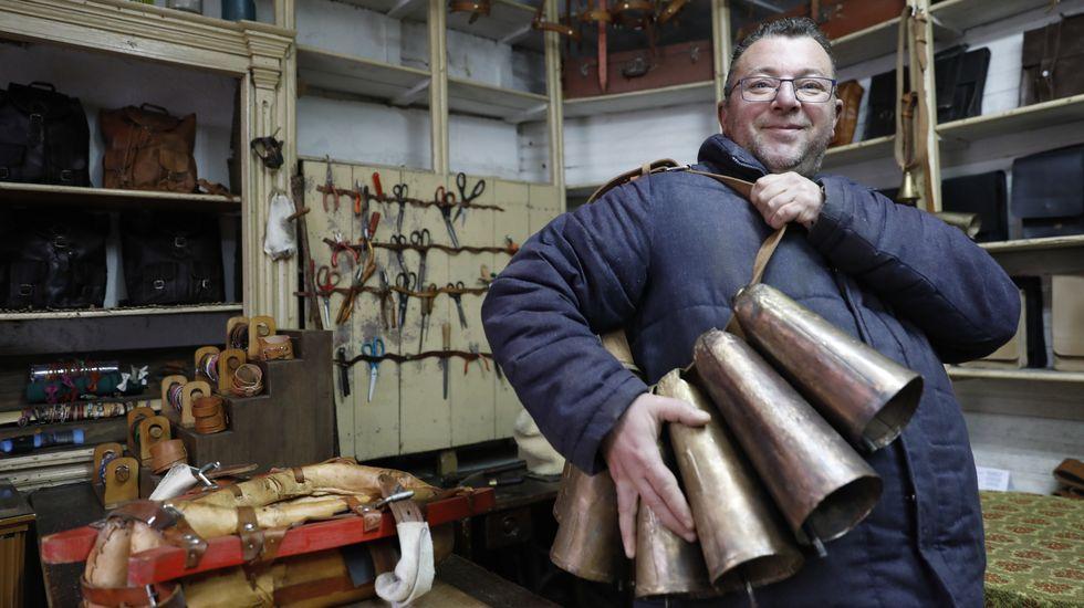 Así son los felos de Esgos.Moncho Blanco, artesano talabartero, con las chocas que usan los felos en el entroido de Maceda