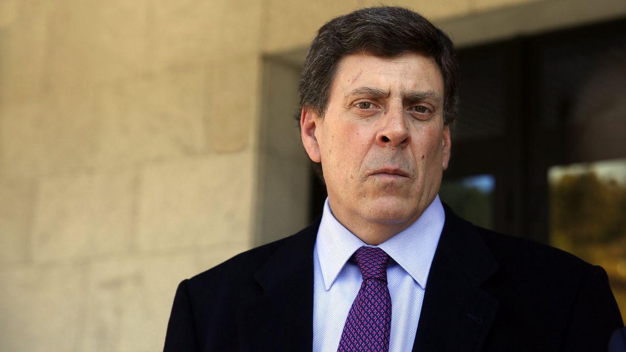 Uno de los detenidos por el asesinato del concejal de IU en Llanes (Asturias) Javier Ardines, es conducido por miembros de las GAR de la Guardia Civil y de la UCO, tras buscar indicios en su domicilio de Bilbao.
