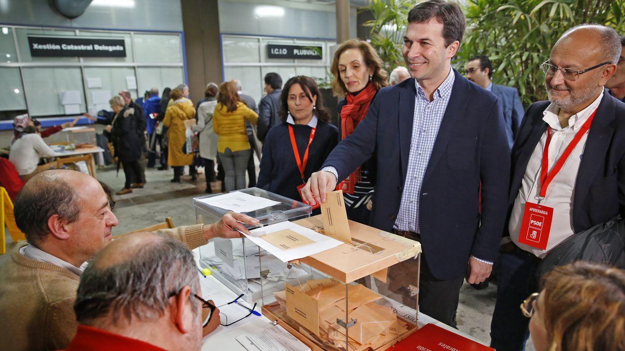 Gonzalo Caballero (PPdeG), ejerció su derecho en Vigo recordando que cada voto es «decisivo»