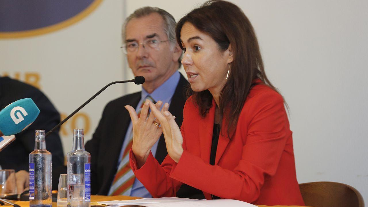 Teresa Mallada saluda a Adrián Barbón ante la presencia de Ana Cárcaba y Dolores Carcedo
