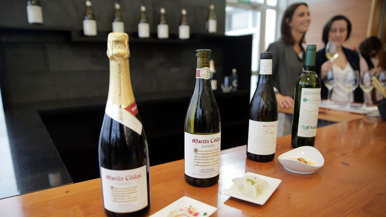 Charla sobre nuevas tecnologías en viticultura en Martín Códax.Bala, recogiendo su premio