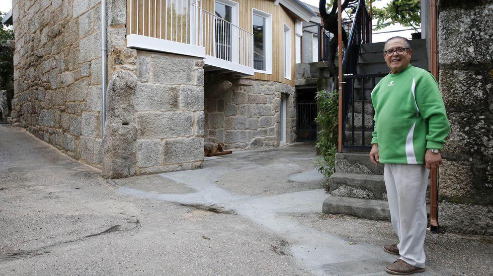 José Saa, delante de su casa un año después del fuego