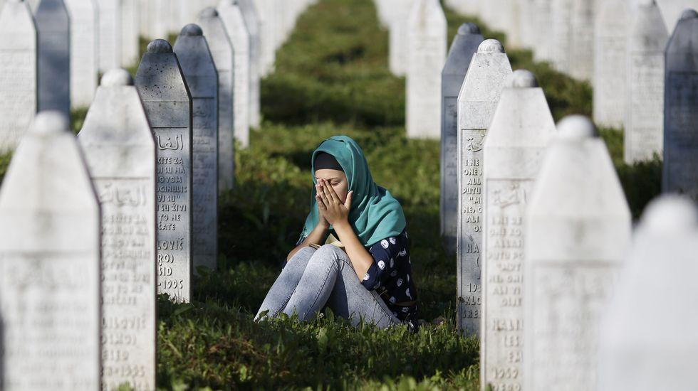 Vigésimo aniversario de la tragedia de Srebrenica.Manuel, en el rincón de su casa donde guarda la correspondencia con la familia real