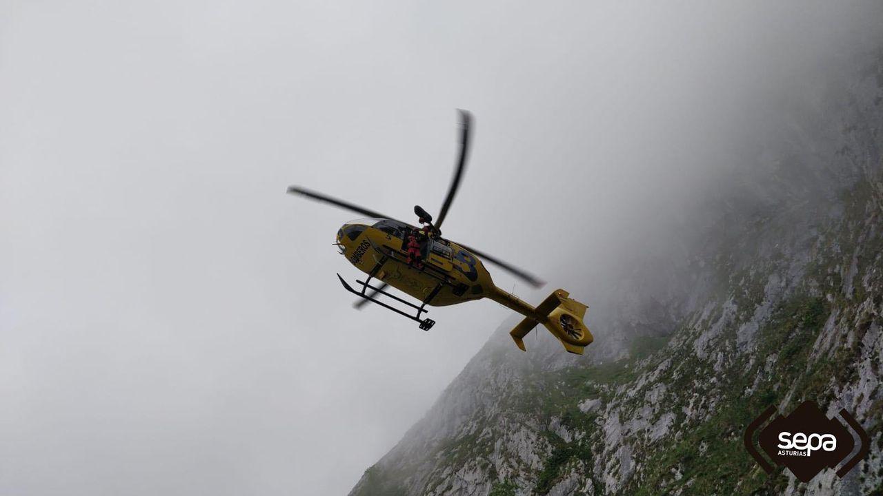 Helicóptero utilizado para el rescate de los tres senderistas despistados perdidos en Cabrales