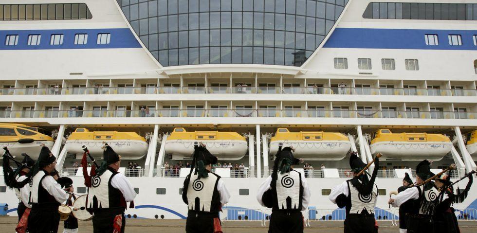 En la fotografía, un grupo de gaiteiros despidiendo a pie de muelle uno de los cruceros que llegaron a Ferrol.