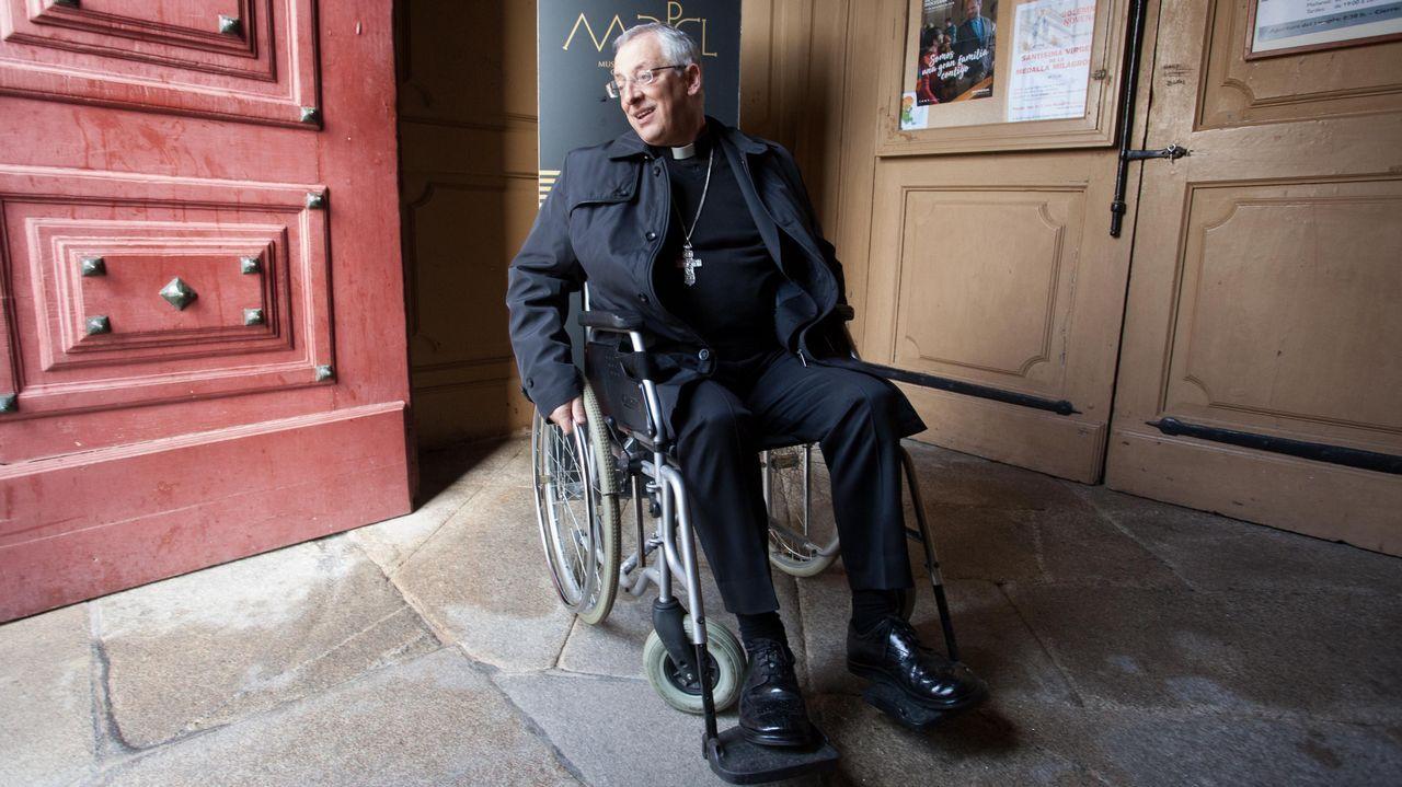 El obispo, en silla de ruedas.David Eimil, detrás de la barra del bar Cascudo, que vendió su lotería de Navidad en 6 días de julio