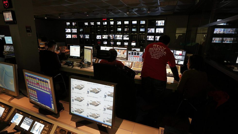 La crónica social vivió su momento de esplendor a principios de este siglo con el estreno de «Salsa rosa» en Telecinco -en la imagen, su presentador, Santi Acosta- y del espacio «¿Dónde estás corazón?»  en Antena 3