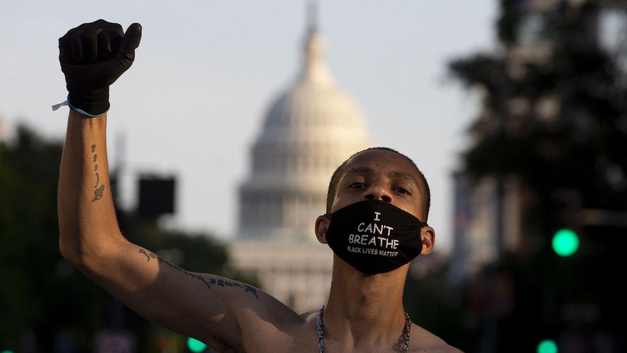 Un manifestante con una mascarilla en la que se lee «I can't breathe» (No puedo respirar) delante del Capitolio de los Estados Unidos en una protesta del movimiento Black Lives Matter