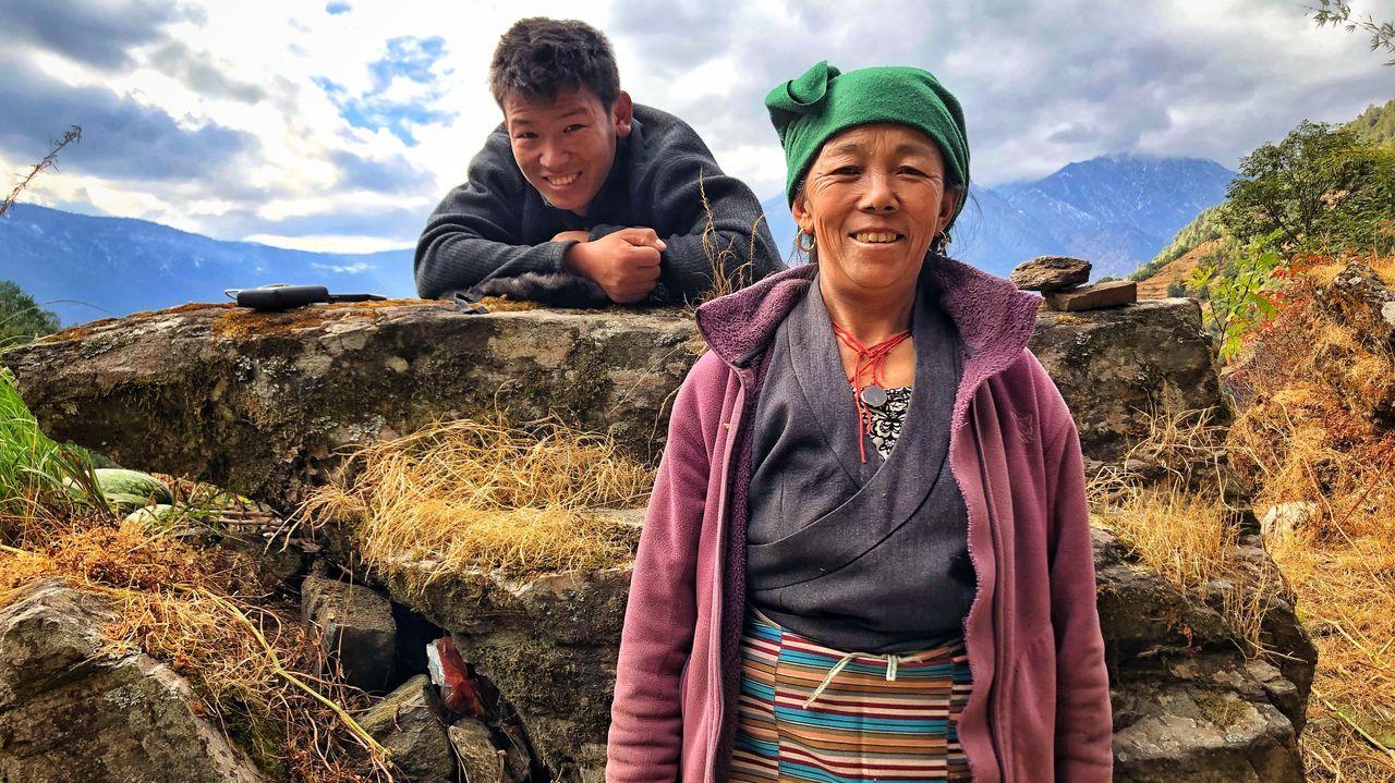 El sherpa Lakpa Nuru (en la imagen con su madre) escribió el libro con la periodista barcelonesa Xiana Siccardi