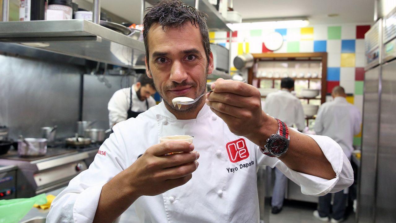 Berasategui y David de Jorge invitan a comer en el restaurante de prácticas del Carlos Oroza.Entrante. Una ración abundante de pimientos del piquillo rellenos de bacalao y salsa de «cherrys»
