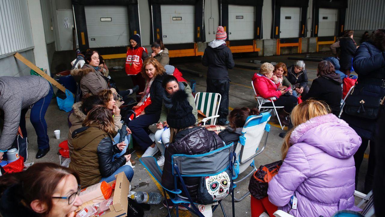 La generación oculta de la rítmica.Trabajadoras concentradas este miércoles en la puerta de Cabomar, tras las protestas