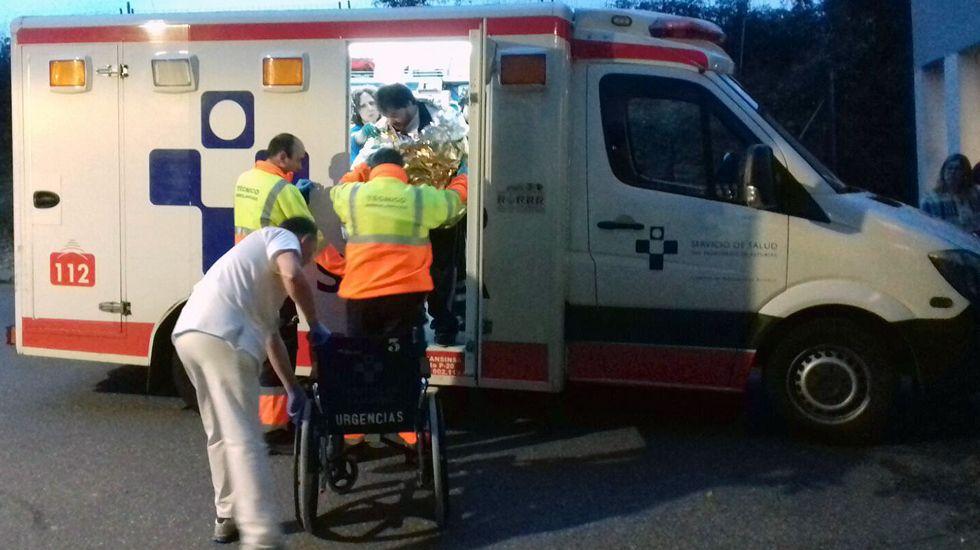Pescadores evacuados del barco hundido frente a la costa de Navia llegan al hospital de Cabueñes, en Gijón.Urgencias de Cabueñes
